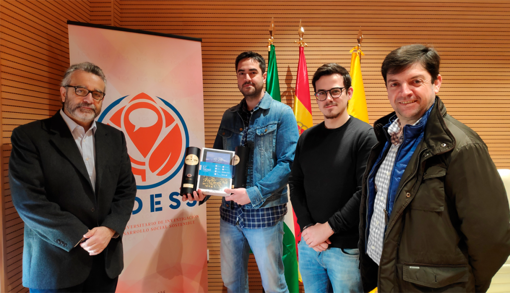 Entrega de premios al ganador del sorteo de la encuesta de análisis actitudinal y de hábitos de consumo los vinos de Jerez